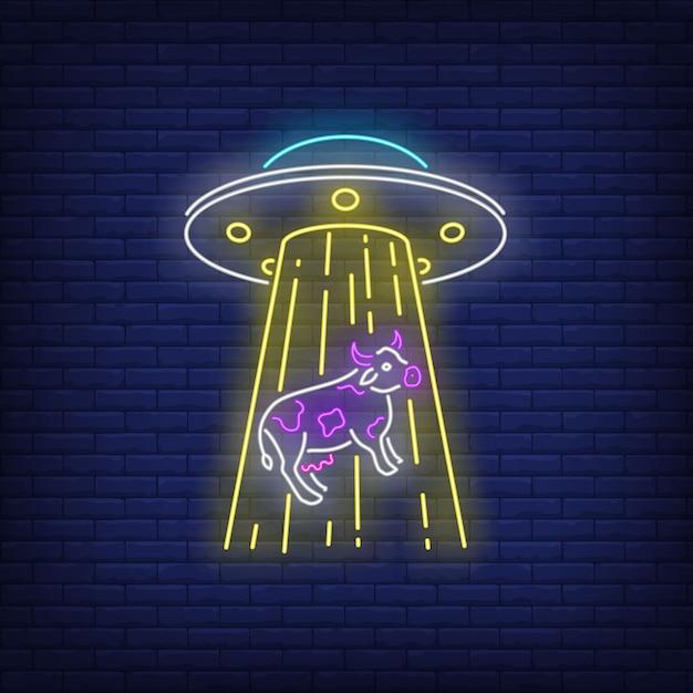 Ovni seqüestrando vaca sinal de néon Vetor grátis