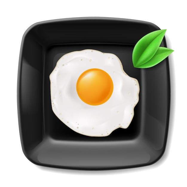 Ovos fritos servidos em prato quadrado preto. café da manhã casual Vetor Premium