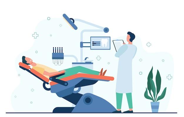 Paciente sentado na cadeira médica durante a visita ou ilustração vetorial plana de tratamento isolado. dentista de desenho animado trabalhando no gabinete de diagnóstico. conceito de estomatologia e clínica odontológica Vetor grátis