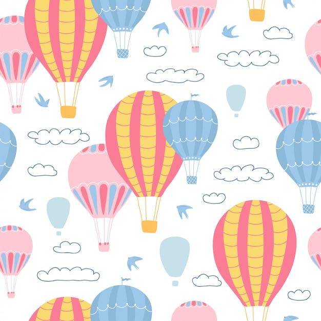 Padrão sem emenda infantil com balões de ar, nuvens e pássaros em fundo branco. textura bonita para design de quarto de crianças. Vetor Premium