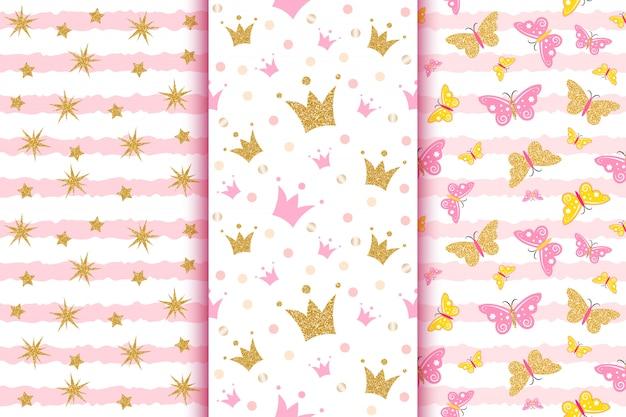 Padrões de bebê com glitter dourado borboletas, coroas, strars, na faixa rosa. Vetor Premium