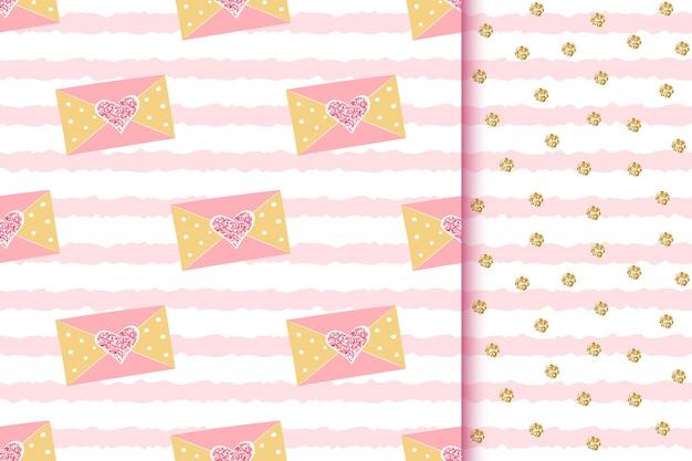Padrões sem emenda dourados brilhantes românticos com mensagens de amor em envelopes com corações de brilho no listrado rosa Vetor Premium