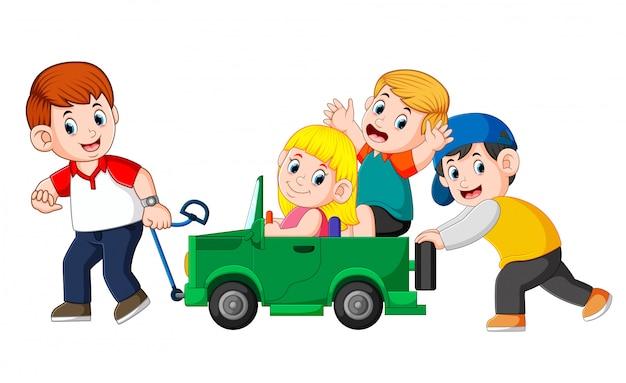 Pai e seu filho brincando com o carro de brinquedo grande Vetor Premium