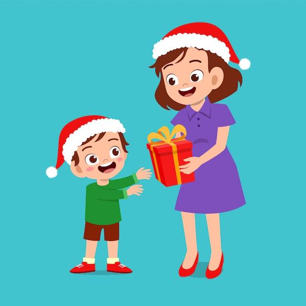 Pai feliz dar presente para criança natal Vetor Premium