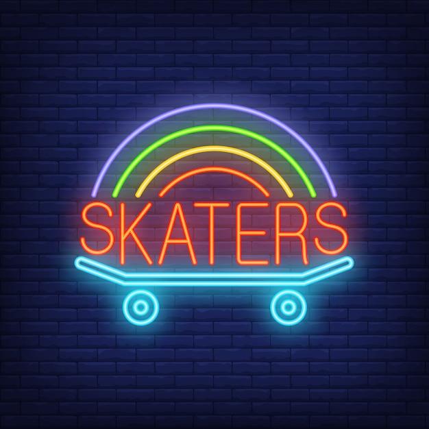 Palavra de néon de skatistas no logotipo do skate. sinal de néon, anúncio brilhante da noite Vetor grátis