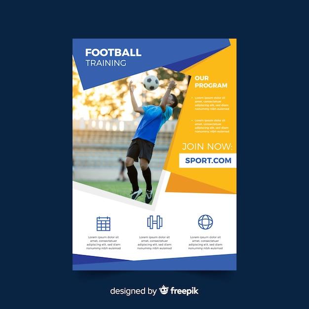 Panfleto de esporte com homem jogando futebol Vetor grátis