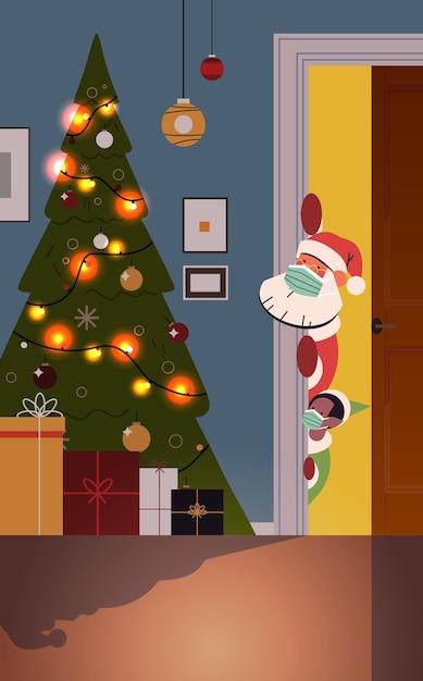 Papai noel com duende em máscaras espiando por trás da porta da sala de estar com abeto decorado e guirlandas ano novo natal feriados celebração conceito ilustração vetorial vertical Vetor Premium