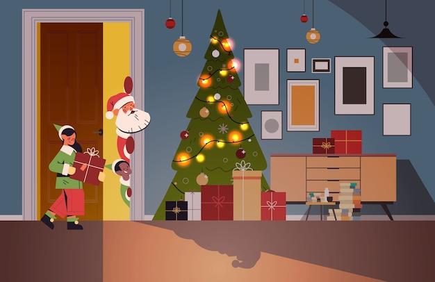 Papai noel com elfos espiando por trás da porta da sala de estar com abeto decorado e guirlandas conceito de celebração de feriados de natal de ano novo ilustração vetorial horizontal Vetor Premium