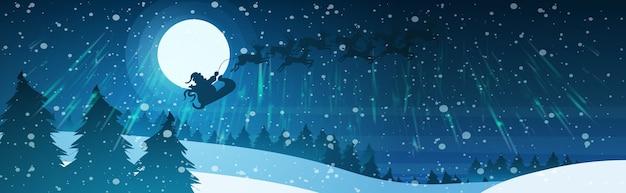 Papai noel voando em trenó com renas no céu noturno sobre nevado pinheiro floresta floresta feliz natal feliz ano novo conceito de férias de inverno Vetor Premium