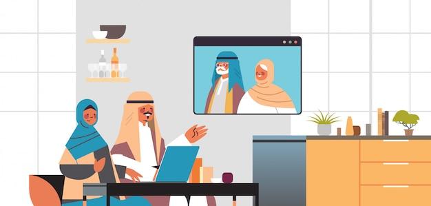 Par árabe, tendo, virtual, reunião, com, aribic, avós, durante, chamada vídeo, família, chat, comunicação on-line, conceito, sala interior, retrato, horizontal, ilustração Vetor Premium