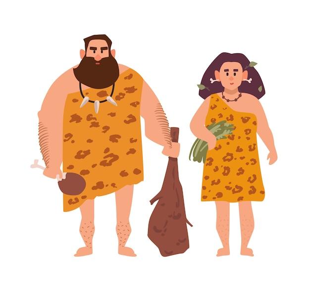 Par de homem arcaico primitivo e mulher vestida com roupas de pele e de pé juntos. Vetor Premium