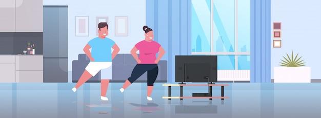 Par, exercitar, durante, tv, mostrar, homem, mulher, treinamento, enquanto, assistindo, programa aptidão, exercício casa Vetor Premium