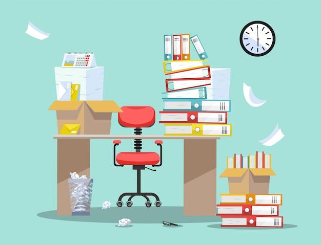 Período de contabilização e apresentação de relatórios financeiros. cadeira de escritório atrás da mesa com pilhas de documentos em papel e pastas de arquivo em caixas de papelão na mesa do escritório Vetor Premium