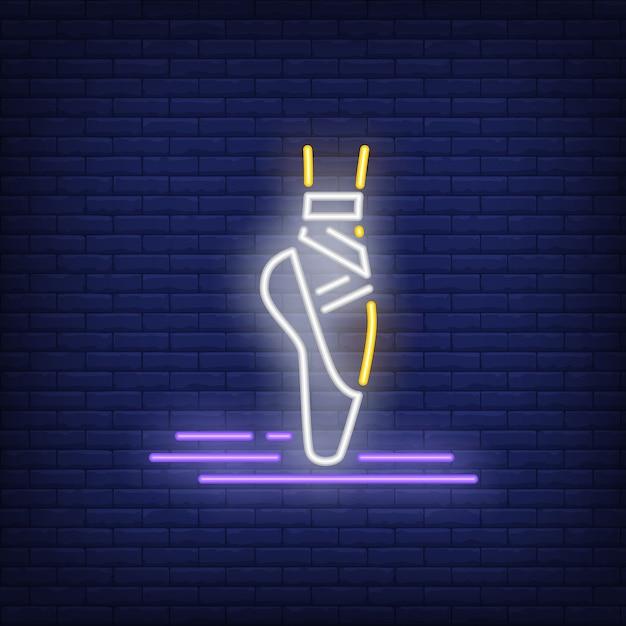 Perna mulher, desgastar, pointe, sapato balé, sinal néon Vetor grátis