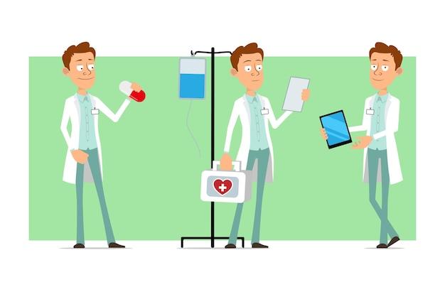 Personagem de homem liso engraçado dos desenhos animados de uniforme branco com distintivo. menino segurando a pílula e carregando o kit médico de primeiros socorros. Vetor Premium