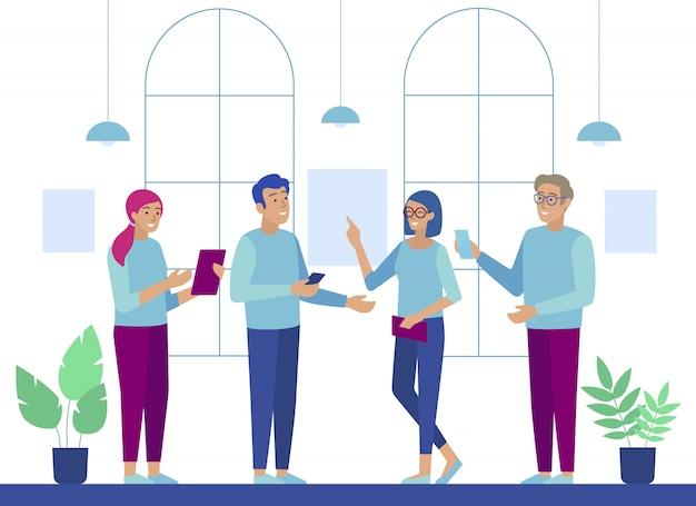 Personagens de pessoas de escritório falando usando gadgets Vetor Premium