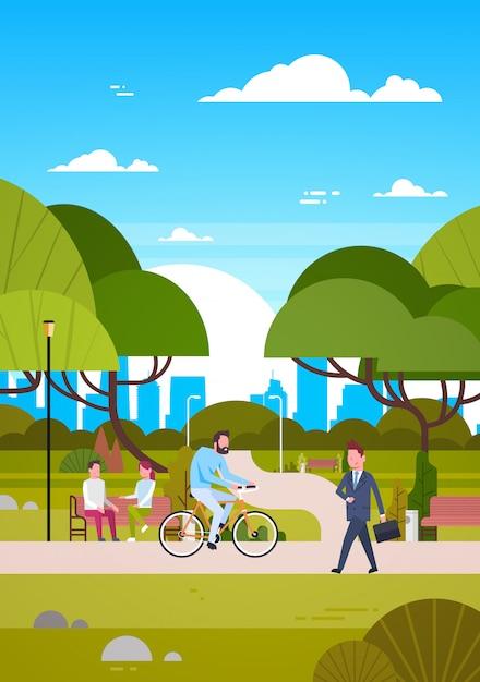 Pessoas, ao ar livre, em, modernos, parque, sentar-se banco, andar, e, montando, bicicleta, human, natureza, comunicar Vetor Premium