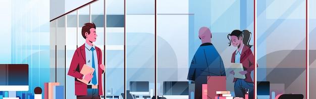 Pessoas de negócios se comunicando no banner do escritório Vetor Premium
