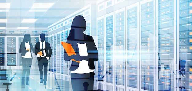 Pessoas de silhueta trabalhando no banco de dados de informações de computador de servidor de hospedagem de sala de centro de dados Vetor Premium
