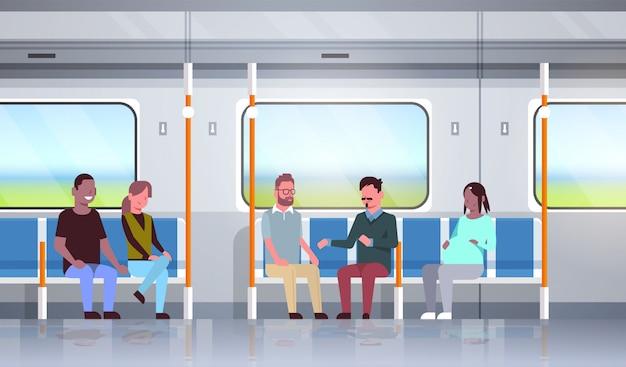 Pessoas dentro do metrô metro trem discutindo durante viagem misturam corrida passageiros sentado em transporte público horizontal apartamento comprimento total Vetor Premium