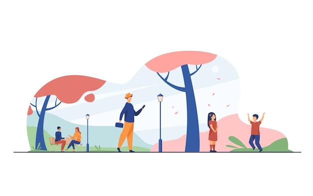 Pessoas desfrutando cerejeira florescendo temporada no parque Vetor grátis