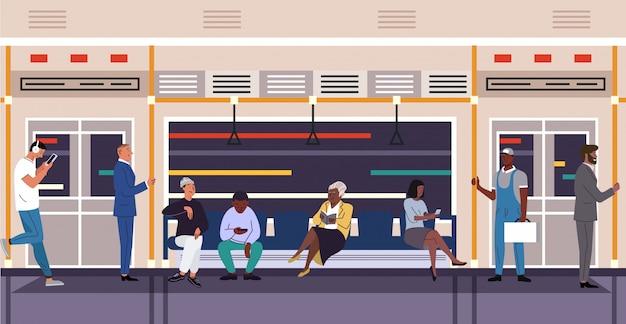 Pessoas no metrô trem personagens vetor plana Vetor Premium