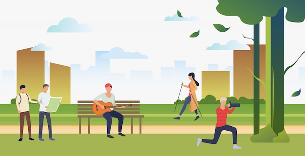 Pessoas que praticam esportes, tirando fotos e relaxando no parque da cidade Vetor grátis