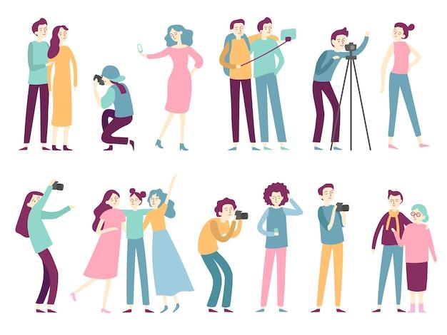Pessoas tirando fotos. mulher tira fotos de selfie, posando para o fotógrafo profissional e homem segurando a câmera fotográfica plana Vetor Premium