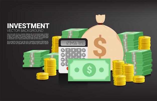 Pilha de moedas e cédulas com saco de dinheiro e calculadora. conceito de investimento de sucesso e crescimento nos negócios Vetor Premium