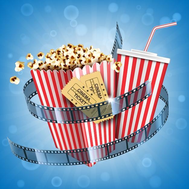 Pipoca de cinema, bebida refrigerante, ingressos e cartaz de filme de tira de filme com fast-food lanche e coca-cola bebidas no pacote listrado descartável no fundo desfocado abstrato. ilustração 3d realista Vetor grátis