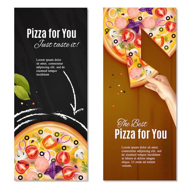 Pizza realista com linguiça e legumes no quadro de giz e fundo de madeira vertical Vetor grátis