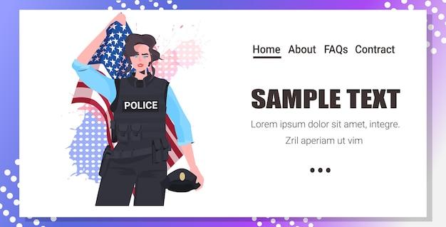 Policial de uniforme segurando bandeira dos eua e chapéu, celebração do feliz dia do trabalho Vetor Premium