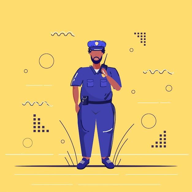 Policial masculino usando walkie-talkie policial americano africano de uniforme falando no rádio segurança autoridade justiça lei serviço conceito esboço comprimento total Vetor Premium