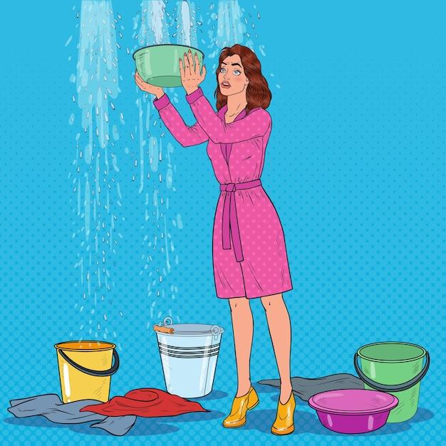Pop art mulher preocupada segurando um balde e recolhendo água do teto. telhado danificado. Vetor Premium
