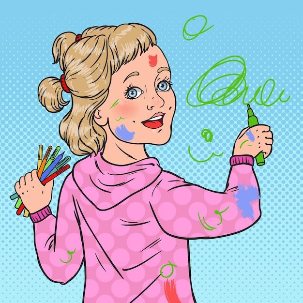 Pop art pequeno pintor pintura na parede. desenho de menina com lápis no papel de parede. infância feliz. Vetor Premium