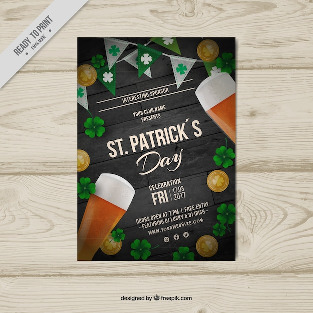 Poster dia realista de st patrick com cervejas e trevos Vetor grátis