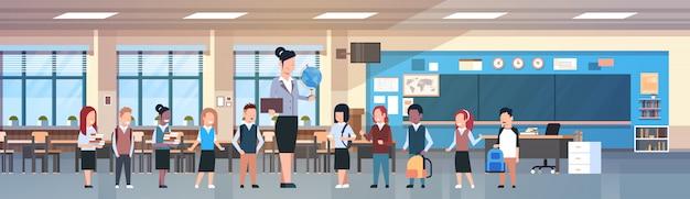Professor, mulher, com, grupo, de, raça misture estudantes, em, sala aula, diverso, alunos, em, modernos, classe, sala, em, escola Vetor Premium