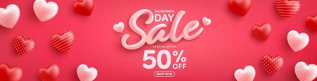 Promoção do dia dos namorados com 50% de desconto em pôster ou banner com corações doces no vermelho Vetor Premium