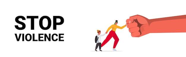 Punho grande ameaça a mulher e sua mãe protege a criança do perigo, pare a violência doméstica e a agressão Vetor Premium