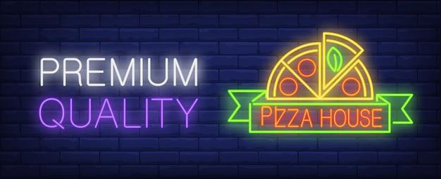 Qualidade premium em sinal de néon de casa de pizza. meia pizza redonda no rolo verde. Vetor grátis