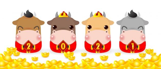 Quatro bois pequenos segurando uma placa com ouro chinês, feliz ano novo 2021, ano do zodíaco dos ratos Vetor Premium
