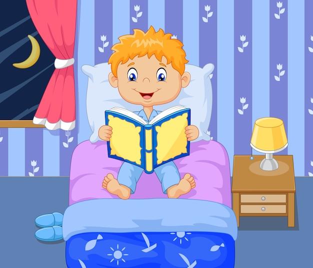 Rapaz dos desenhos animados lttle lendo a história do tempo de dormir Vetor Premium