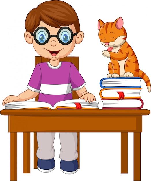 Rapaz pequeno dos desenhos animados que estuda com um gato Vetor Premium