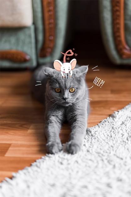 Rato agradável desenhado mão na cabeça de um gato Vetor grátis