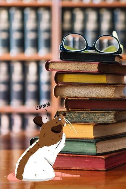 Rato de biblioteca ao lado de uma pilha de livros Vetor grátis