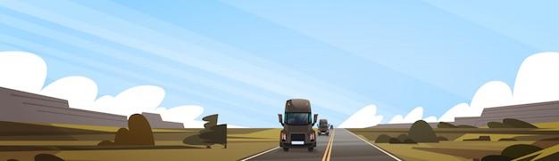 Reboque de caminhão grande semi dirigindo na estrada de coutryside sobre a paisagem horizontal banner de paisagem Vetor Premium