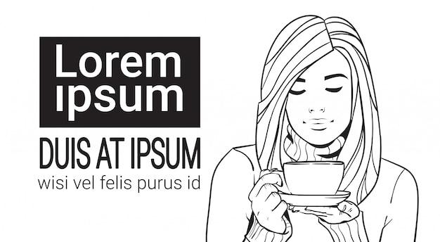 Retrato de esboço de mulher bonita segurando xícara com bebida quente vestindo suéter quente Vetor Premium