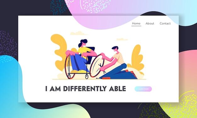 Roda de reparação de homem na cadeira de rodas, onde se senta a jovem mulher com deficiência. Vetor Premium