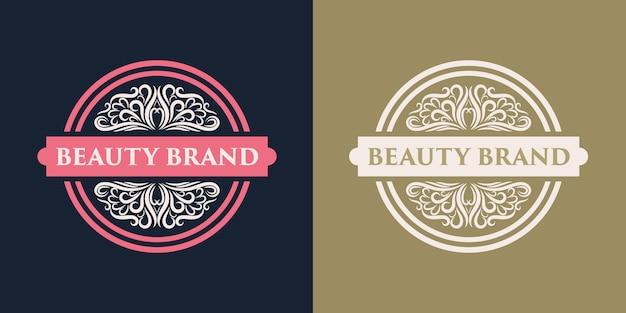 Rosa mão desenhada distintivo logotipo floral e feminino adequado para spa salão pele cabelo e empresa de beleza Vetor Premium