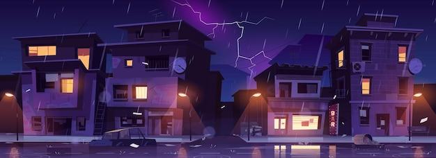 Rua do gueto à noite chuva com relâmpagos, favela arruinou prédios antigos abandonados inundados com chuva de água. Vetor grátis